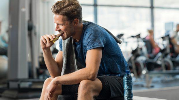 Denti degli sportivi più a rischio carie e disturbi gengivali: sotto accusa bevande sportive e barrette