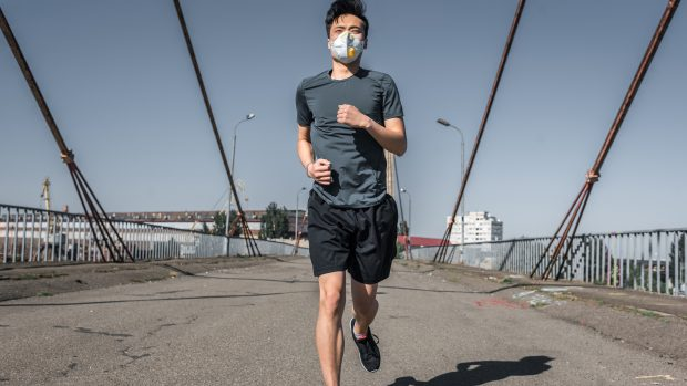 """Coronavirus, mascherina quando si corre? Il virologo: """"Non solo è inutile, ma è uno spreco"""""""