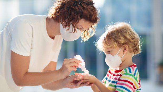 """Coronavirus, i bambini sono davvero più protetti? L'immunologo: """"Non dal contagio, forse dal decorso grave"""""""