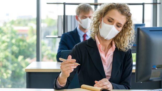 """La normalità ai tempi del coronavirus. L'immunologo: """"Attenti ad assembramenti e luoghi chiusi. Guanti? Basta igienizzare le mani"""""""