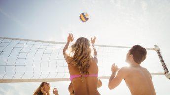 Sport in spiaggia e coronavirus, ci sono rischi per beach volley e calcetto? Pregliasco: