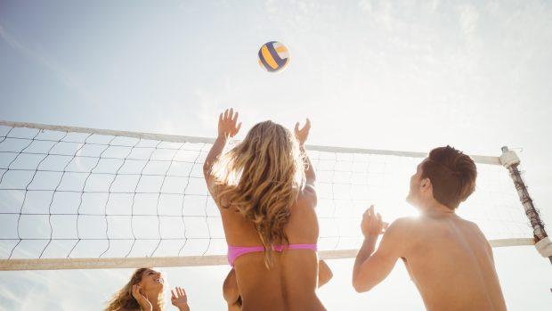 """Sport in spiaggia e coronavirus, ci sono rischi per beach volley e calcetto? Pregliasco: """"Meglio evitarli"""""""