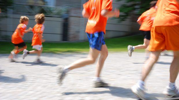 """Corsa e maratone per una bambina di 8 anni, il medico dello sport risponde sul caso della piccola Sara: """"Fondamentale è non forzare mai"""""""
