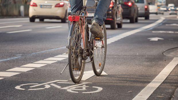 """In bicicletta in città: ci sono rischi a livello polmonare? La pneumologa: """"Le polveri inquinanti ci sono, ma meglio in bici che in auto"""""""