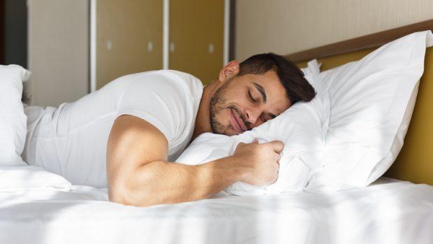 """Covid-19, il neurologo: """"Un buon sonno abbassa l'intensità della malattia"""""""
