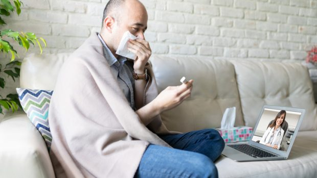 """Covid-19 e influenza, Pregliasco: """"Ecco analogie e differenze, dai sintomi alla polmonite"""""""