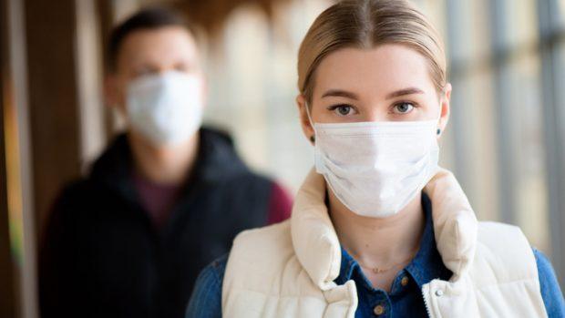 Mascherina tutto il giorno, come proteggere la pelle del viso da follicoliti e dermatiti