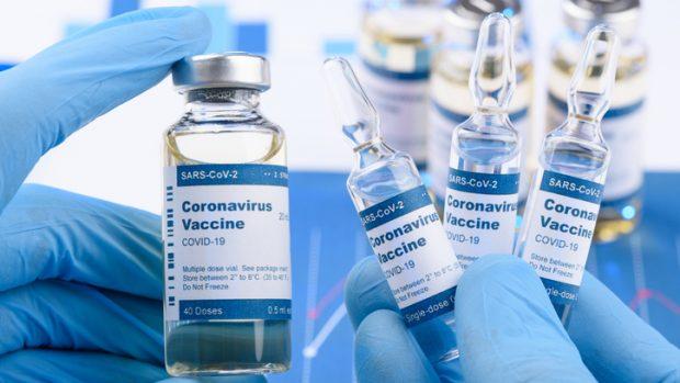 """Covid-19, il """"pasticcio"""" del vaccino di AstraZeneca: prima l'annuncio, poi lo stop"""