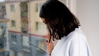 Inverno e Covid: ecco perché il freddo e le giornate corte influiscono ancora di più sull'umore