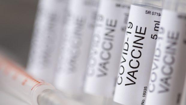 """Covid-19, dottoressa positiva dopo il vaccino. Il virologo: """"E' normale e succederà ancora: ecco perché"""""""