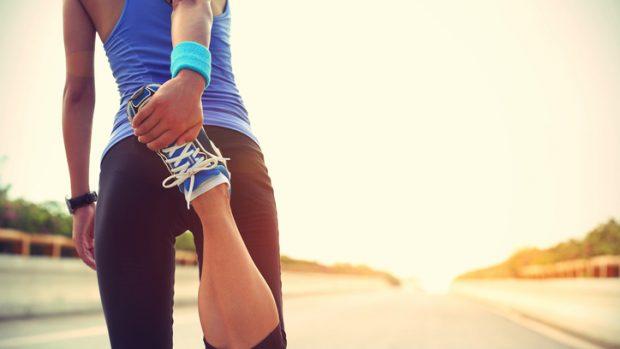 Come evitare gli infortuni facendo sport? Dallo stretching alla postura, dal riscaldamento agli addominali, i consigli dell'ortopedico