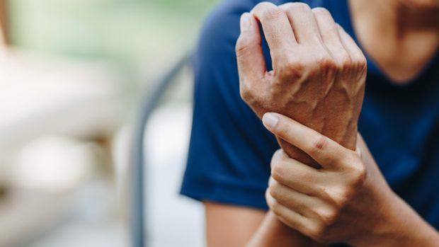 Sindrome del tunnel carpale, lesione dei legamenti del polso, frattura: le patologie della mano più frequenti nel ciclismo e nel motociclismo