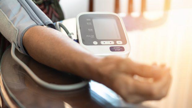 Pressione bassa: come alzarla, i valori, i sintomi e i rimedi. Parla il cardiologo