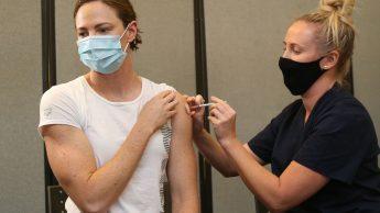 atleta che si sottopone al vaccino contro il covid