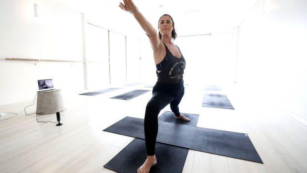 donna che pratica yoga