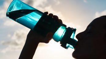 Correre con il caldo: quanto, quando e che cosa bere per non avere rischi
