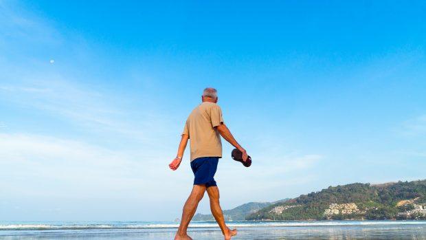 uomo anziano in spiaggia