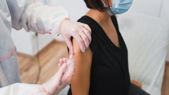 Covid e vaccini, reazioni diverse tra donne e uomini: perché accade? Risponde l'immunologo