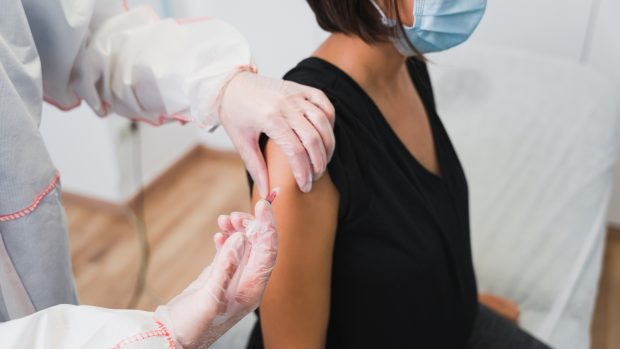 Covid e vaccino, reazioni diverse tra donne e uomini: perché accade? Risponde l'immunologo