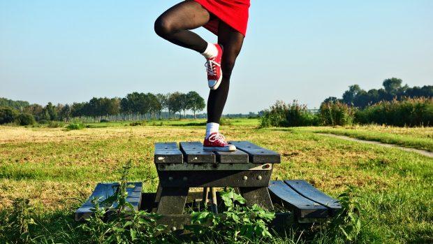 donna in equilibrio su un piede solo